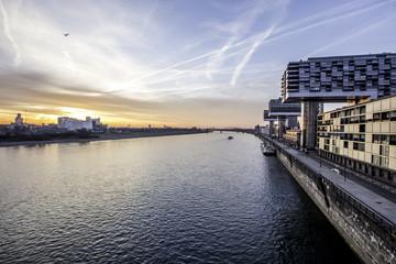 Moderne Architektur im Zollhafen in Köln am Rhein im Sonnenaufgang