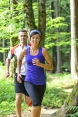 zusammen joggen im Wald