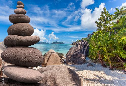galets zen superpos s sur plage d 39 anse source d 39 argent la digue seychelles stock photo and. Black Bedroom Furniture Sets. Home Design Ideas