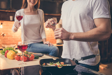 Photo sur Aluminium Cuisine Beautiful couple cooking