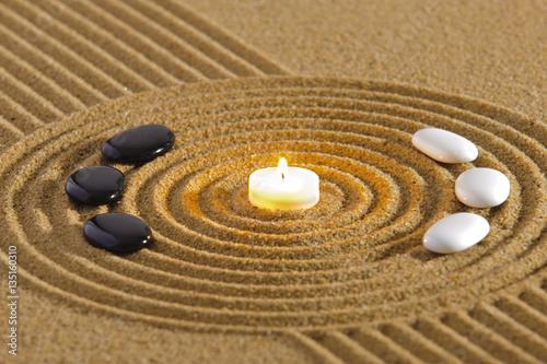 zen garten mit yin und yang in sand mit kerze zdj stockowych i obraz w royalty free w. Black Bedroom Furniture Sets. Home Design Ideas