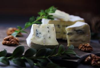 сыр камамбер с голубой плесенью и грецким орехом