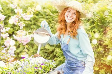 Frau bei der Gartenpflege