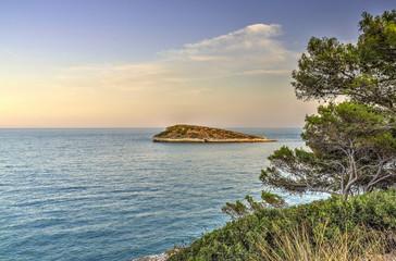 Veduta di una piccola isola deserta in mezzo al mare