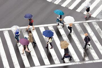 Fotomurales - Fußgänger überqueren eine Straßenkreuzung in Tokio, Japan