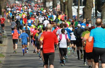 Marathonfeld in Allee