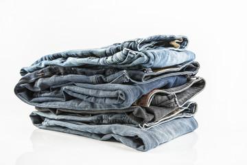 Auswahl von Jeans auf weissem Hintergrund