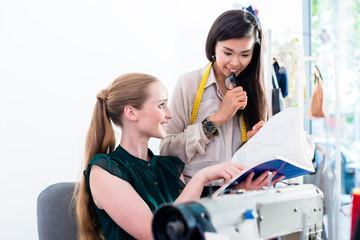 Schneiderinnen oder Mode Designer besprechen ein Schnittmuster