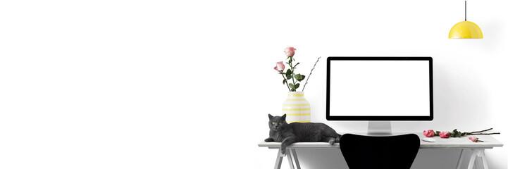 Moderne Arbeitsplatz mit Computer, Blumen und Katze als Banner - Textfreiraum