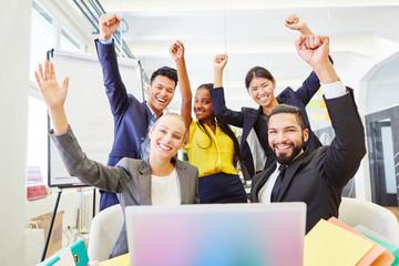 Junge Geschäftsleute jubeln im Start-Up