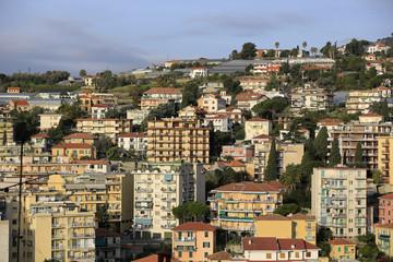 Blick auf das moderne San Remo und die Gewächshäuser