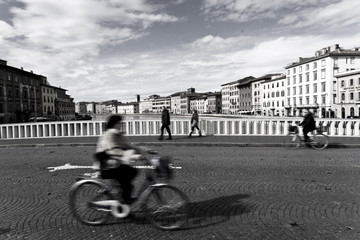 Brücke in Pisa mit Fahrrad