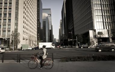 Strasse in Tokyo mit Wolkenkratzer und Fahrrad