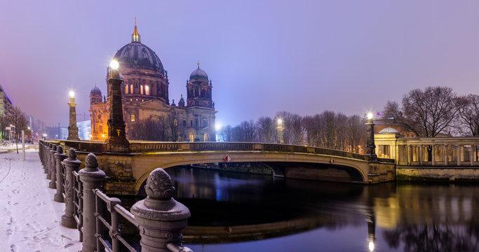 Berlin Berliner Dom Friedrichsbrücke Winter Schnee Nacht Museumsinsel Spree Panorama, Nachtaufnahme, nachtfotografie, langzeitbelichtung, moody berlin früher morgen mitternacht, Berliner nachtstimmung