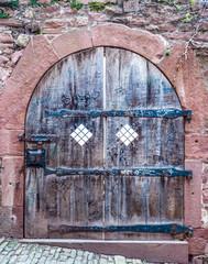 alte Burgtür aus Holz in Heidelberg
