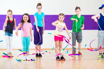 Kinder tanzen Gruppen Choreografie mit Tüchern in Tanzstudio