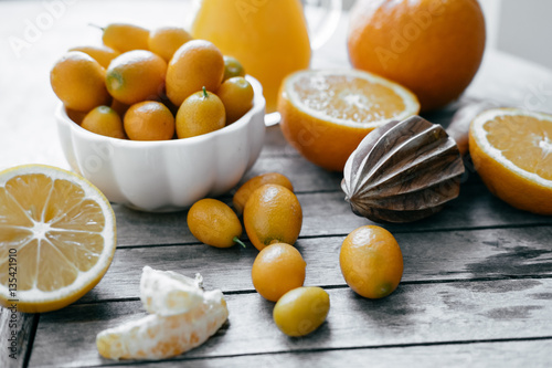 kumquat in a white bowl oranges lemons and fresh juice squeeze stockfotos und lizenzfreie. Black Bedroom Furniture Sets. Home Design Ideas