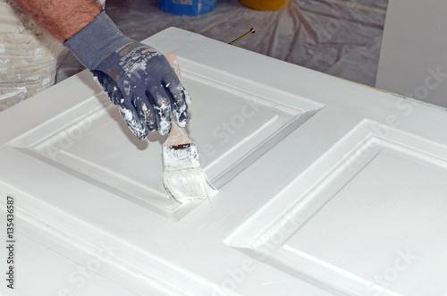 maler t r streichen imagens e fotos de stock royalty free no imagem 135436587. Black Bedroom Furniture Sets. Home Design Ideas