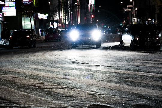凍結路面を走る車 / 冬の北海道札幌市の都市風景