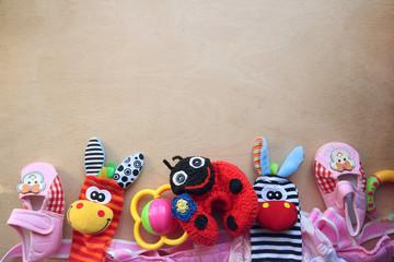 Детские игрушки и обувь на деревянном фоне