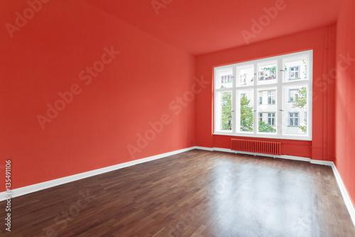 Neue Wohnung Leeres Zimmer Rot Gestrichen Stock Photo And Royalty