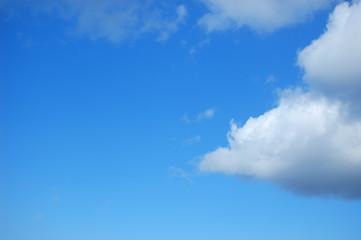 Mezza nuvola nel cielo azzurro