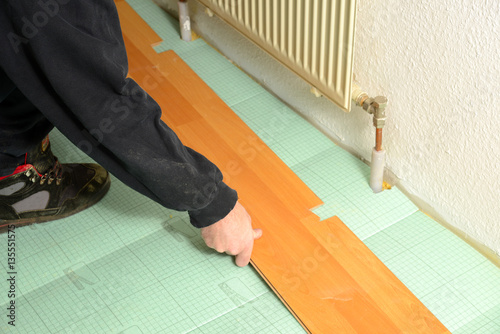 laminat verlegen stockfotos und lizenzfreie bilder auf bild 135551575. Black Bedroom Furniture Sets. Home Design Ideas