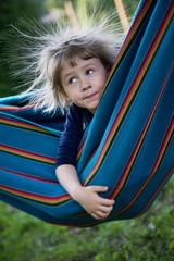 Elektro hamak I / Dziewczynka z naelektryzowanymi włosami w hamaku.