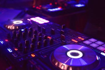 mesa de mezclas con tonos magenta y azul