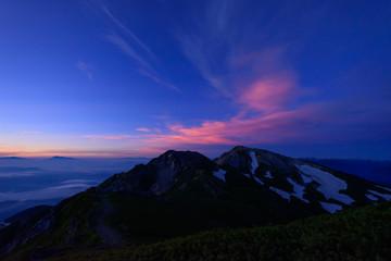 長野 北アルプス 朝焼けの中の杓子岳と白馬鑓ケ岳