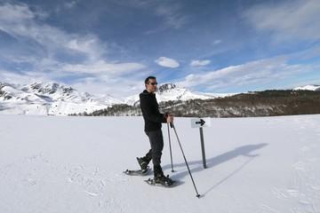 Photo sur Toile Gris Homme en raquette de neige, randonnée