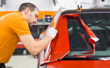 Werbetechnik / Vollfolierung eines Autos mit roter Klebefolie