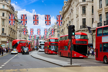 Zelfklevend Fotobehang Londen rode bus London Regent Street W1 Westminster in UK