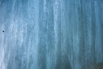 Muro/texture di ghiaccio di una cascata all'interno di una galleria in cemento armato, in inverno al Passo del sempione, Svizzera