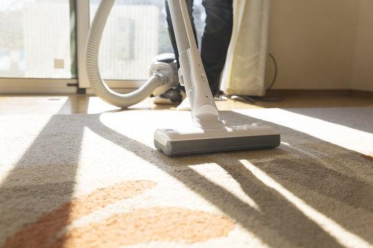 掃除機 主婦 室内 リビング 逆光 窓 カーペーット ハウスクリーニング 家事代行 汎用