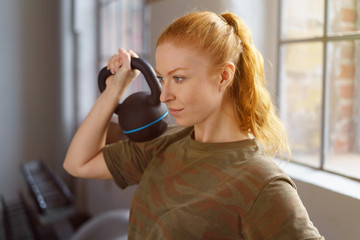 frau trainiert mit einem kettlebell im fitness-club