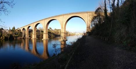 Photo Panoramique d'un magnifique Pont avec son reflet dans l'eau