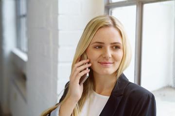 lächelnde frau telefoniert mit ihrem handy