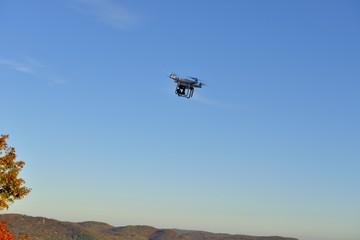 Drone récréatif en vol en fin de journée