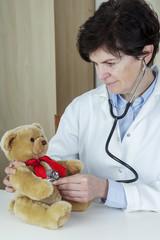 Female doctor examines Kuschelbär