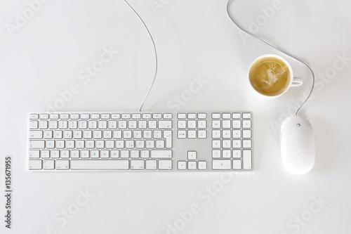 imac tastatur und maus mit kaffee auf schreibtisch fotos de archivo e im genes libres de. Black Bedroom Furniture Sets. Home Design Ideas