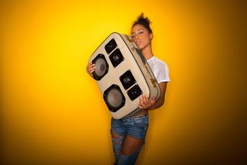 Frau mit Retro-Kofferradio