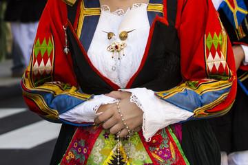 SELARGIUS, ITALIA - SETTEMBRE 11, 2016: Antico sposalizio selargino - Sardegna - dettaglio di un costume tradizionale sardo femminile