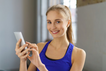 frau trainiert mit einer app