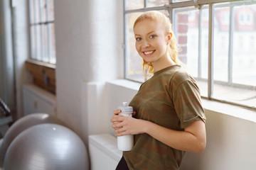attraktive junge frau macht eine pause beim fitnesstraining