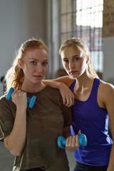 freundinnen trainieren zusammen im fitnessstudio