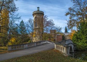 Schlosspark. Herbst. Schloss. Burg. Herbs im Wald.