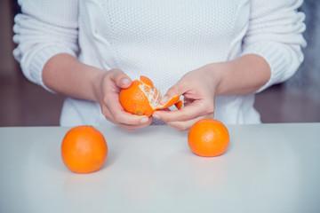 чистить мандарины