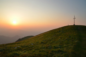 Alba e luce in cima alla montagna