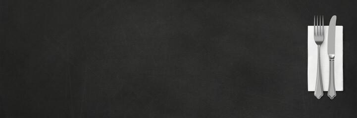 Besteck mit Serviette auf Kreidetafel - Banner | Hintergrund